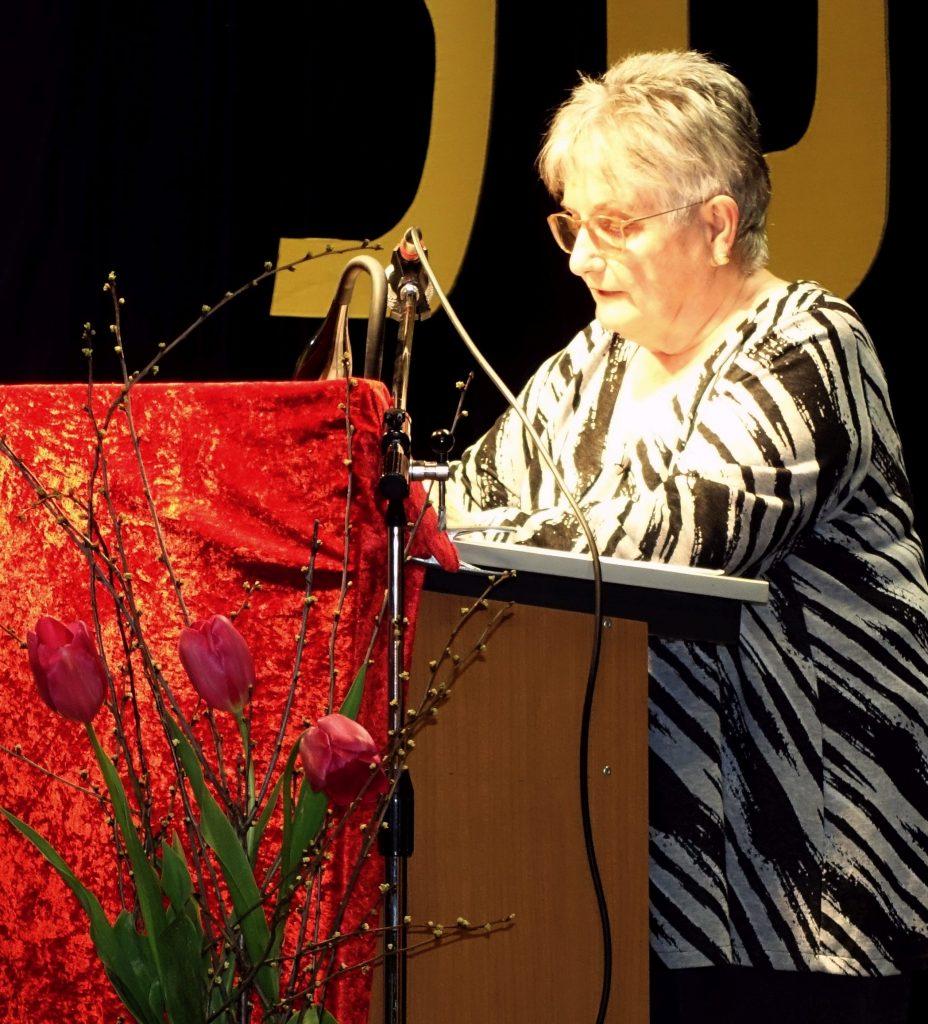 die 2. Vorsitzende Frau Ludwig moderiert die Feier